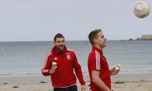 Die walisischen Teamspieler David Edwards and Sam Vokes suchten Ablenkung am Strand von Dinard. / Bild: (c) REUTERS (GONZALO FUENTES)