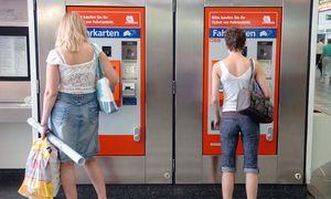 Nicht jeder kauft sich regulär einen Fahrschein. Automaten wie diese werden oft geknackt, die Tickets gefälscht. / Bild: (c) Clemens Fabry