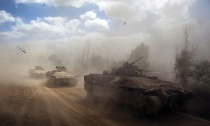 Israeli APCs drive near the Israeli border with Gaza as the come out of the Gaza Strip / Bild: (c) REUTERS (NIR ELIAS)