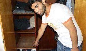 Der 25-jährige Syrer fand Bargeld und Sparbücher in einem Kasten. / Bild: (c) Polizei Minden