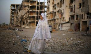 Ein palästinensisches Mädchen vor einem zerbombten Haus im Gazastreifen. / Bild: (c) REUTERS (SUHAIB SALEM)