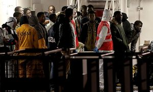 Surviving immigrants arrive by Italian coastguard ship Bruno Gregoretti in Catania´s Harbour / Bild: (c) REUTERS (ALESSANDRO BIANCHI)