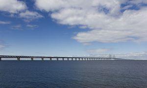 Die Brücke ist nicht nur für die wirtschaftliche Entwicklung der bevölkerungsstarken Region enorm wichtig, sie ist auch ein Symbol für den grenzfreien Norden. / Bild: Isderjens/Westend61/picturedesk.com