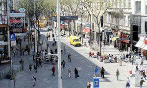 Überquert man hier die Straße, wechselt man den Bezirk. Die Mariahilfer Straße trennte von Anfang an zwei Bezirke. / Bild: (c) Clemens Fabry