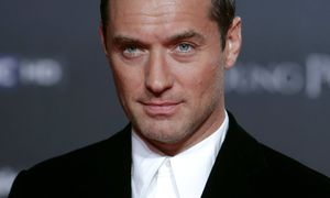 Jude Lawwurde 2004 zum SexiestMan Alive gewählt. Er machtWerbung für Parfums und hatfünf Kinder mit drei Frauen. Nun spielt er den Papst. / Bild: imago/Insidefoto