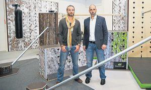 Erwan Le Corre (l.), Erfinder von Mov-Nat, und Orthopäde Martin Gruber auf dem Hindernisparcours in der Sporthalle Wien. / Bild: (c) Stanislav Jenis