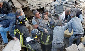 Viele Menschen können aus den Trümmern gerettet werden, wie dieser Mann in Amatrice. / Bild: REUTERS