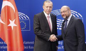 Schwierige Gespräche zur Flüchtlingskrise in Brüssel: der türkische Staatspräsident, Erdoğan, mit EU-Parlamentspräsident Schulz. / Bild: (c) APA/EPA/OLIVIER HOSLET (OLIVIER HOSLET)