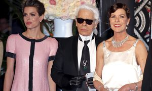 Princess Caroline of Hanover poses with German designer Karl Lagerfeld and her daughter Charlotte as they arrive at the Bal de la Rose in Monte Carlo / Bild: (c) REUTERS (ERIC GAILLARD)