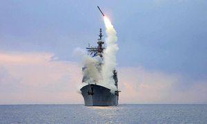 Ein US-Kampfschiff feuert einen Marschflugkörper auf ein Ziel in Syrien ab / Bild: APA/EPA/US NAVY/KENNETH MOLL