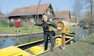 Andrea Bunar auf einem Kahn der Deutschen Post. In der Sommersaison ist die Postbotin täglich auf den Wasserwegen anzutreffen.  / Bild: DHL