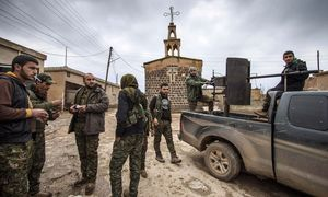 Fighters of the YPG stand near a pick-up truck mounted with an anti-aircraft weapon in front of a church in the Assyrian village of Tel Jumaa / Bild: (c) REUTERS (STRINGER)