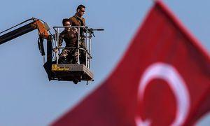 Archivbild. Die türkische Regierung versucht im Grenzgebiet zur Türkei die politischen Gegner zu verdrängen. / Bild: (c) APA/AFP/OZAN KOSE (OZAN KOSE)