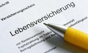 Der Versicherungsschein einer Lebensversicherung DEU GERMANY The certificate / Bild: (c) imago/Rainer Unkel (imago stock&people)