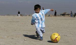 Der 5-jährige Murtasa Ahmadi in seinem Messi-Shirt / Bild: REUTERS