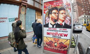 Fears of terrorism cause cancellation of New York premiere of The Interview Pedestrians walk past an / Bild: (c) imago/Levine-Roberts (imago stock&people)