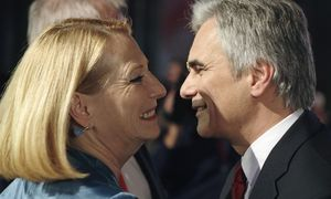 Faymann kisses Bures as he arrives for the bi-annual party conference in Vienna / Bild: (c) REUTERS (HEINZ-PETER BADER)