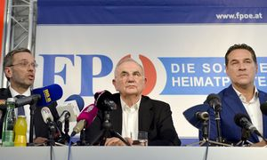 FPÖ-Generalsekretär Herbert Kickl, Anwalt Dieter Böhmdorfer, Parteichef Heinz-Christian Strache. / Bild: APA/HERBERT NEUBAUER