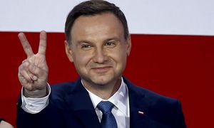 Duda, presidential candidate of the Law and Justice Party (PiS) flashes a victory sign as he addresses his supporters after the results of the exit polls on the second round of presidential elections in Warsaw / Bild: (c) REUTERS (KACPER PEMPEL)