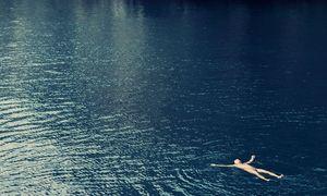 """Auch allein im Meer schwimmend ist der Mann noch in der Konkurrenz – in der wunderbar absurden Komödie """"Chevalier"""". / Bild: (c) Stadtkino Filmverleih"""