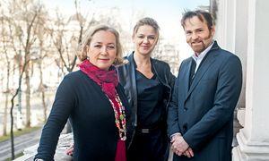 Salon auf dem Balkon.  Agnes Husslein, Elisabeth Noever-Ginthör und Daniel Zimmermann in der Beletage des Café Landtmann. / Bild: (c) Christine Pichler