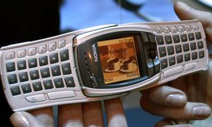 Phone maker Nokia showed off their new 6800 mobile phone November 18, 2002 at COMDEX in Las Vegas. T.. / Bild: (c) � Mike Blake / Reuters
