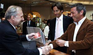 Karl-Heinz Grasser und Jörg Haider eröffneten im Mai 2006 demonstrativ Bawag-Sparbücher. Am Schalter: der damalige Bankdirektor Ewald Nowotny. Später war Grasser Zeuge im Bawag-Prozess.  / Bild: (c) Jaeger/APA/picturedesk.com
