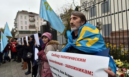 Protestierende Krimtataren. / Bild: (c) APA/AFP/SERGEI SUPINSKY (SERGEI SUPINSKY)
