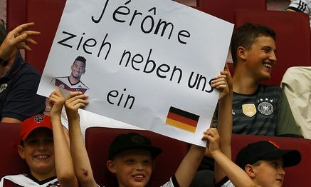 Junge Boateng-Fans auf der Suche nach einem Nachbarn / Bild: (c) REUTERS (MICHAEL DALDER)