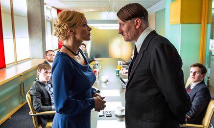 Medienmanagerin Bellini (Katja Riemann) sieht Comedy-Potenzial in Hitler (Oliver Masucci). / Bild: (c) Constantin-Film