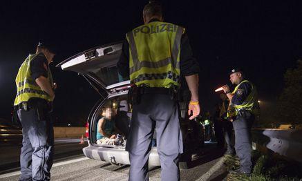 In diesem Chrysler Voyager wurden am Sonntagabend bei einer Schwerpunktaktion der Polizei auf der Ostautobahn bei Nickelsdorf zwölf Flüchtlinge aus Syrien aufgegriffen. / Bild: (c) Daniel Novotny