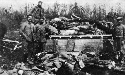 Rückkehr zu archaischen Kriegsmethoden. Neben Hochtechnologie der Kampf Mann gegen Mann. Verdun 1916. / Bild: imago/United Archives