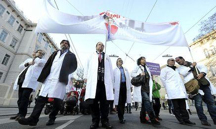 Ärzte-Demo in Wien / Bild: APA/HERBERT PFARRHOFER