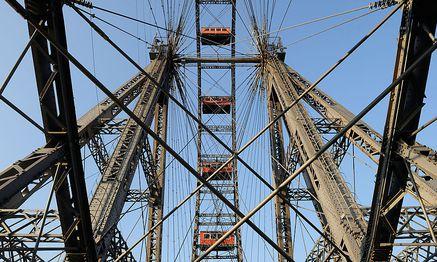 Neue Perspektive für das Riesenrad: Mittlerweile sind die Baukräne das Wahrzeichen der Leopoldstadt / Bild: Clemens Fabry / Die Presse