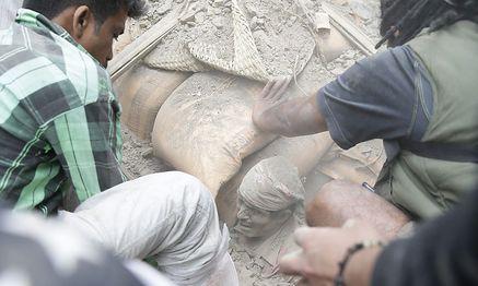 Menschen versuchen, einen Verschütteten zu befreien / Bild: APA/EPA/NARENDRA SHRESTHA