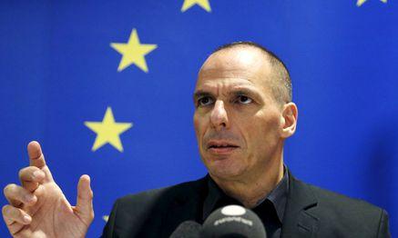 Hier ohne gestreckten Mittelfinger: Varoufakis vor den Sternen Europas. / Bild: (c) REUTERS (FRANCOIS LENOIR)
