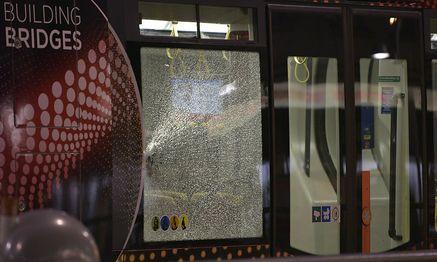 Auch die Scheiben der Straßenbahn wurden getroffen / Bild: APA/HANS PUNZ