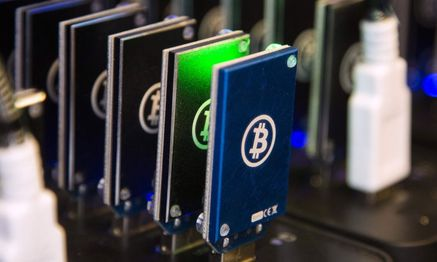 Chain of block erupters used for Bitcoin mining is pictured at the Plug and Play Tech Center in Sunnyvale, California / Bild: REUTERS