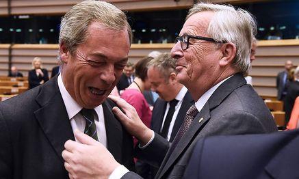 Brexit-Gegner und UKIP-EU-Abgeordneter Nigel Farage mit EU-Kommissionspräsident Jean-Claude Juncker. / Bild: APA/AFP/JOHN THYS