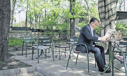 Der ungarische Regierungschef Viktor Orb´an bei der Lektüre einer Zeitung in Budapest. / Bild: Reuters
