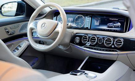 Blick aus der zweiten Reihe auf den Arbeitsplatz des Chauffeurs – in Langversion gehört der wohl zur Ausstattung. / Bild: (c) Die Presse (Clemens Fabry)