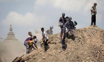 Polizei und Rettungskräfte durchkämmen die Trümmer / Bild: REUTERS