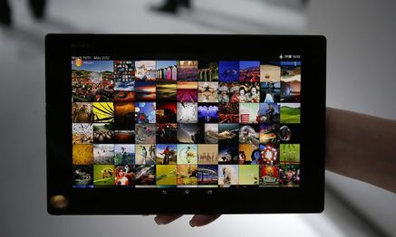 A woman holds a Sony Xperia Z2 tablet at the Mobile World Congress in Barcelona / Bild: REUTERS