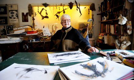 """Lieselott Beschorner auf dem Gipfel ihrer magischen Welt, in ihrem Gersthofer Dachkammer-Atelier – allerdings ohne eigens entworfene """"Showbrille"""", die hat sie in der Eile aufzusetzen vergessen. / Bild: (c) Die Presse (Clemens Fabry)"""