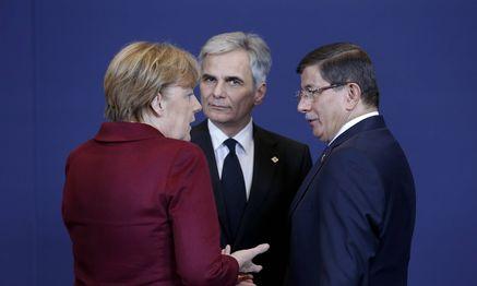 Angela Merkel und Werner Faymann im Gespräch mit dem türkischen Premier, Ahmet Davutoğlu. / Bild: (c) imago/Xinhua (imago stock&people)