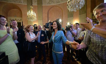 Grünen-Chefin Eva Glawischnig (r.) ist nach Van der Bellens Sieg selbst gefordert.  / Bild: APA/ROLAND SCHLAGER