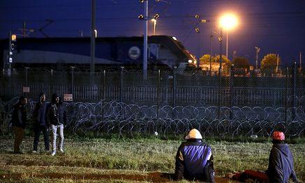 Mit harten Gesetzen will Cameron den Flüchtlingsandrang - auch aus Calais - stoppen. / Bild: REUTERS