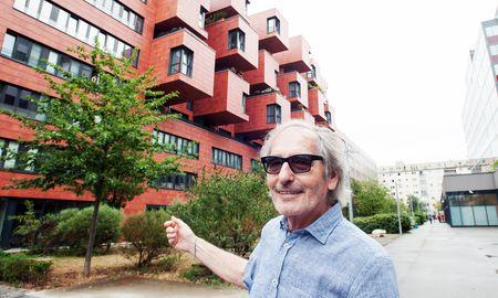 Friedrich Techler vor einem neuen Wohnbau auf dem ehemaligen Gelände der NÖM. Vis-à-vis davon befindet sich die FH Technikum Wien. / Bild: (c) Dimo Dimov