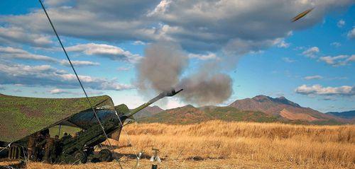 US Marines mit britischer M777-Haubitze, Kaliber 155 mm, hier in Japan