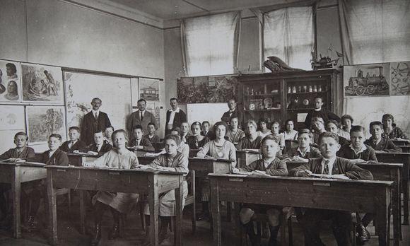 Schulklasse im Jahr 1900. Damals hatten die Schüler in der Regel sowohl am Vormittag als auch am Nachmittag Unterricht. Im Jahr 1920 änderte sich das.